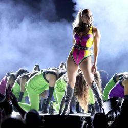 Jennifer Lopez se presenta en el escenario durante Global Citizen VAX LIVE: The Concert To Reunite The World en SoFi Stadium en Inglewood, California.   Foto:Kevin Winter / AFP