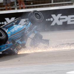 Conor Daly de Estados Unidos, conductor del Chevrolet Carlin, voltea al inicio de la NTT IndyCar Series XPEL 375 en Texas Motor Speedway en Fort Worth, Texas.   Foto:Chris Graythen / Getty Images / AFP