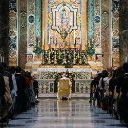 El Papa Francisco dirige un rosario para el comienzo del mes de mayo, un mes de rosarios diarios rezados en santuarios católicos de todo el mundo para el fin de la pandemia del coronavirus, en la Capilla Gregoriana dentro de la Basílica de San Pedro, en el Vaticano.   Foto:Riccardo Antimiani / piscina / AFP