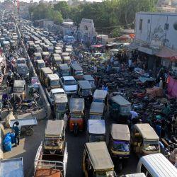Los automovilistas atraviesan una calle muy transitada junto a un mercado en medio de la pandemia del coronavirus Covid-19 en Karachi.   Foto:Asif Hassan / AFP