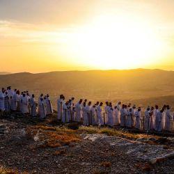 Los adoradores samaritanos llegan para participar en una ceremonia de Pascua en la cima del monte Gerizim, cerca de la ciudad de Nablus, en el norte de Cisjordania.   Foto:Jaafar Ashtiyeh / AFP