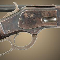 Ya en 1873 las miras ópticas equipaban los Winchester, gracias a los montajes laterales  debido a la expulsión superior de las vainas.