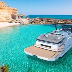 La embarcación puede equipar dos, tres o cuatro motores fueraborda de distintas potencias.