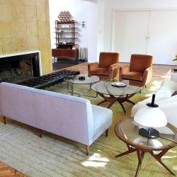 En el living, una gran chimenea que sigue la forma curva de la construcción de la casa preside el espacio.