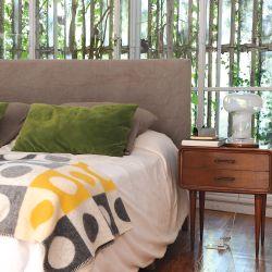 El verde se comunica entre interior y exterior, con ventanas repletas de enredaderas y plantas y tonos y morfologías que lo replican dentro.
