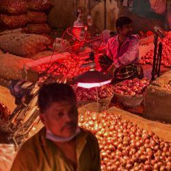 Los vendedores esperan a los clientes en un mercado de verduras en Dhaka. | Foto:Munir Uz Zaman / AFP