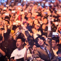 Esta fotografía muestra a personas viendo una actuación en el Strawberry Music Festival en Wuhan, en la provincia central china de Hubei. | Foto:STR / AFP