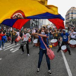 Una mujer ondea una bandera nacional de Colombia durante una protesta contra una reforma tributaria propuesta por el gobierno del presidente colombiano Iván Duque en Bogotá. | Foto:Juan Barreto / AFP