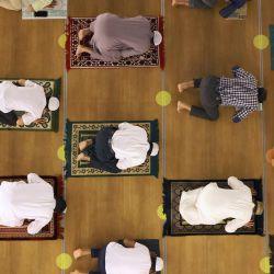 Los musulmanes realizan oraciones de Tahajjud durante la Laylat al-Qadr (Noche del Destino), que marca la noche en la que el sagrado Corán fue revelado por primera vez al profeta Mahoma, en la Mezquita Naif en Dubai. | Foto:Karim Sahib / AFP