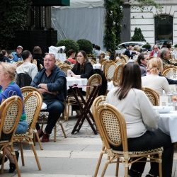 La gente cena afuera en un restaurante en Bryant Park en Manhattan en la ciudad de Nueva York. La ciudad de Nueva York, Nueva Jersey y Connecticut han anunciado que se levantarán casi todas las restricciones relacionadas con Covid-19. | Foto:Spencer Platt / Getty Images /AFP