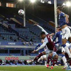 Dominic Calvert-Lewin del Everton anota el primer gol de su equipo durante el partido de fútbol de la Premier League inglesa entre el Everton y el Aston Villa en Goodison Park. | Foto:Naomi Baker / PA Wire / DPA