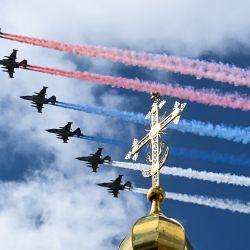 Los aviones de asalto rusos Sukhoi Su-25 liberan humo con los colores de la bandera rusa mientras sobrevuelan el centro de Moscú durante un ensayo para el Desfile de la Victoria de la Segunda Guerra Mundial, mientras la ciudad se prepara para celebrar el 76 aniversario de la victoria sobre la Alemania nazi. Durante la Segunda Guerra Mundial. | Foto:Kirill Kudryavtsev / AFP