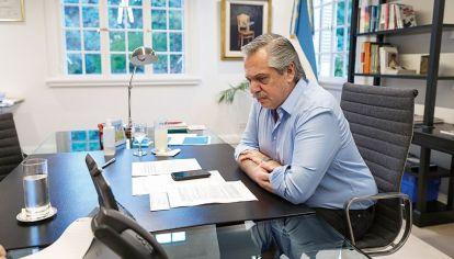 Alberto Fernández en su despacho en Olivos
