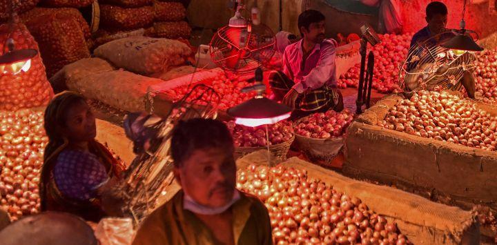 Los vendedores esperan a los clientes en un mercado de verduras en Dhaka.