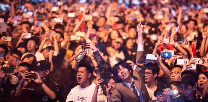 Esta fotografía muestra a personas viendo una actuación en el Strawberry Music Festival en Wuhan, en la provincia central china de Hubei.