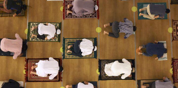 Los musulmanes realizan oraciones de Tahajjud durante la Laylat al-Qadr (Noche del Destino), que marca la noche en la que el sagrado Corán fue revelado por primera vez al profeta Mahoma, en la Mezquita Naif en Dubai.