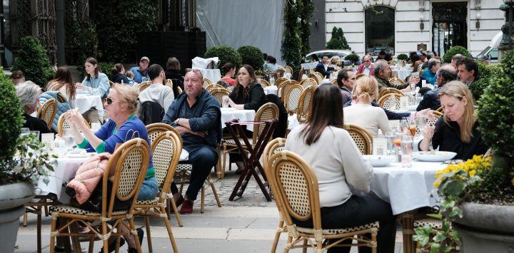 La gente cena afuera en un restaurante en Bryant Park en Manhattan en la ciudad de Nueva York. La ciudad de Nueva York, Nueva Jersey y Connecticut han anunciado que se levantarán casi todas las restricciones relacionadas con Covid-19.