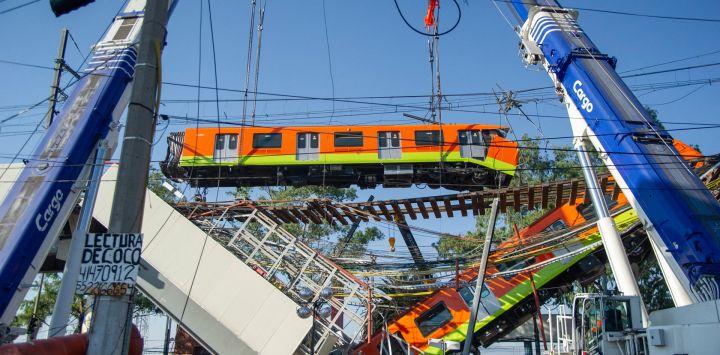 Vista del lugar de un accidente de tren después de que una línea elevada de metro colapsara en la Ciudad de México. - Una línea elevada de metro colapsó en la capital mexicana, dejando al menos 23 personas muertas y decenas de heridos al caer un tren.