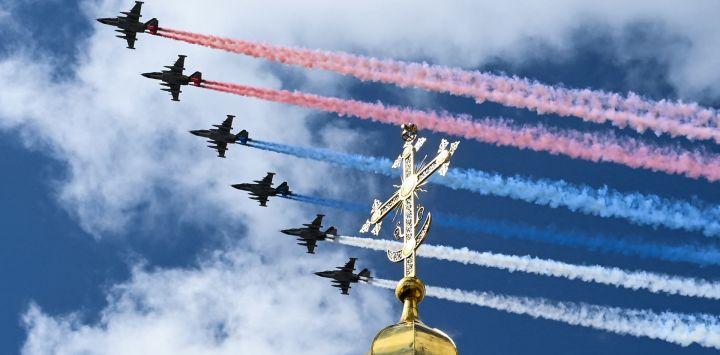 Los aviones de asalto rusos Sukhoi Su-25 liberan humo con los colores de la bandera rusa mientras sobrevuelan el centro de Moscú durante un ensayo para el Desfile de la Victoria de la Segunda Guerra Mundial, mientras la ciudad se prepara para celebrar el 76 aniversario de la victoria sobre la Alemania nazi. Durante la Segunda Guerra Mundial.