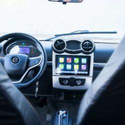 Trae una pantalla LED HD táctil, radio, Bluetooth, cámara de retroceso, cierre centralizado, levanta vidrios eléctricos y mando a distancia.