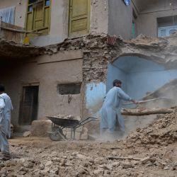 Los hombres limpian los escombros de su casa afectada por las inundaciones luego de una inundación repentina provocada por las fuertes lluvias en el distrito Guzara de Herat. | Foto:Hoshang Hashimi / AFP