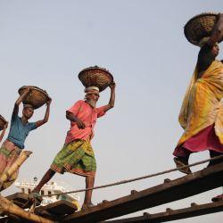Bangladesh, Dhaka: los trabajadores descargan carbón en pequeñas cestas de los buques de carga en las orillas del río. | Foto:Habibur Rahman / ZUMA Wire / DPA