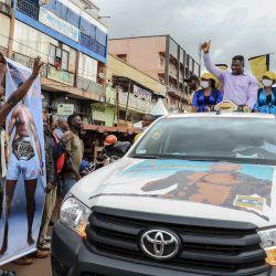Francis Ngannou de Camerún (en el vehículo), campeón mundial de artes marciales mixtas de peso pesado (MMA), hace gestos en la parte trasera de una camioneta mientras conducen por las calles de Bafoussam, Camerún. | Foto:Daniel Beloumou Olomo / AFP