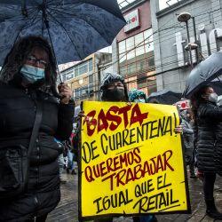 Chile, Osorno: Un manifestante sostiene un cartel que dice  | Foto:Fernando Lavoz / Agencia Uno / DPA