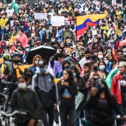 Los manifestantes participan en una protesta contra una reforma fiscal propuesta por el gobierno del presidente colombiano Iván Duque en Bogotá. | Foto:Juan Barreto / AFP