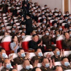 Esta foto muestra al líder norcoreano Kim Jong Un y su esposa Ri Sol-Ju viendo una actuación de los grupos de arte de las familias de los militares. de grandes unidades combinadas del Ejército Popular de Corea en Pyongyang. | Foto:STR / AFP