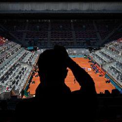 Un espectador vitorea durante el torneo de tenis WTA Tour Madrid Open 2021 partido individual entre la belga Elise Mertens y la rumana Simona Halep en la Caja Mágica de Madrid. | Foto:Gabriel Bouys / AFP