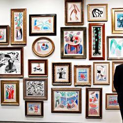 Las obras de arte están en exhibición durante la vista previa de prensa de Sotheby's NY de la próxima subasta nocturna de arte contemporáneo en Sotheby's en la ciudad de Nueva York. | Foto:Cindy Ord / Getty Images / AFP