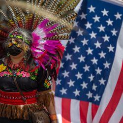 Una bailarina maya tradicional se une a una coalición de grupos activistas y sindicatos para participar en una marcha de los derechos humanos y de los trabajadores en Los Ángeles, California. | Foto:David Mcnew / AFP
