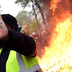 Un manifestante levanta la mano con  | Foto:Bertrand Guay / AFP