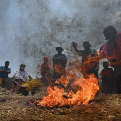 Indígenas participan en una ceremonia maya en honor a las víctimas fallecidas en la vereda guatemalteca de Queja, municipio de San Cristóbal Verapaz, departamento de Alta Verapaz, que fue destruida por un deslizamiento lluvias de los huracanes que azotaron Centroamérica. | Foto:Johan Ordonez / AFP
