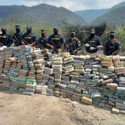 Imagen que muestra a miembros de la Agencia Técnica de Investigación Criminal (ATIC) resguardando tres mil kilos de cocaína antes de su incineración en las instalaciones de la PMOP en Tegucigalpa. | Foto:AFP