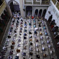 Los devotos musulmanes ofrecen las oraciones del viernes en la mezquita Vasi Ullah durante el mes sagrado del Ramadán en Allahabad. | Foto:Sanjay Kanojia / AFP