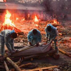 Texto original India, Nueva Delhi: personas llevan a cabo una cremación masiva de cuerpos de personas que murieron por complicaciones del coronavirus en un crematorio improvisado en medio de una ola de infecciones sin precedentes que actualmente se extiende por India. | Foto:Manish Rajput / DPA