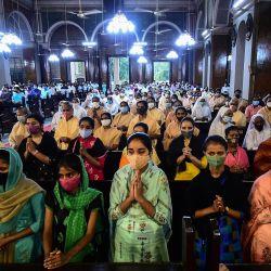 Los devotos cristianos participan en una misa de oración en la Catedral de San José en la víspera del Viernes Santo, en Allahabad. | Foto:Sanjay Kanojia / AFP