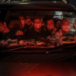 India, Merak: los pasajeros del ferry llegan en vehículos al muelle del puerto de Merak antes de partir hacia sus hogares para encontrarse con sus familias durante el próximo Eid al-Fitr, una fiesta religiosa celebrada por los musulmanes que marcan el final del mes sagrado de ayuno del Ramadán. | Foto:Muhammad Zaenuddin / ZUMA Wire / DPA