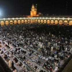 Los musulmanes realizan las oraciones Laylat al-Qadr (Noche del Destino), que marca la noche en la que el sagrado Corán fue revelado por primera vez al profeta Mahoma, en la Gran Mezquita de Kufa, en la ciudad iraquí del mismo nombre, a unos 170 km (110 millas) al sur de Bagdad. | Foto:Ali Najafi / AFP