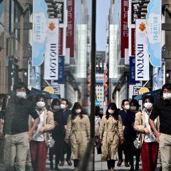 La gente camina por una calle en el distrito de Ginza durante las vacaciones de la  | Foto:Philip Fong / AFP