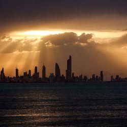 Esta fotografía muestra una vista del horizonte de la ciudad de Kuwait al atardecer. | Foto:Yasser Al-Zayyat / AFP