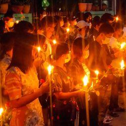 Esta foto muestra a manifestantes sosteniendo velas durante una manifestación matutina contra el golpe militar en Dawei. | Foto:Handout / Dawei Watch / AFP