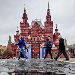 La gente camina por la Plaza Roja, en Moscú, mientras la ciudad se prepara para celebrar el 76 aniversario de la victoria sobre la Alemania nazi durante la Segunda Guerra Mundial. | Foto:Yuri Kadobnov / AFP