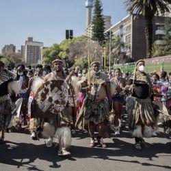 Más de 200 personas vestidas tradicionalmente zulú desfilan por las calles de Johannesburgo, para presentar sus últimos respetos a la reina zulú Shiyiwe Mantfombi Dlamini Zulu, quien murió el 29 de abril de 2021, solo un mes después de convertirse en regente. | Foto:Luca Sola / AFP