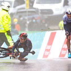 El británico Geraint Thomas cae junto al ganador del canadiense Michael Woods antes de la llegada de la etapa 5, 161,3 km, de Sion a Thyon 2000, durante la carrera ciclista Tour de Romandie UCI World Tour 2021 en Thyon. | Foto:Fabrice Coffrini / AFP