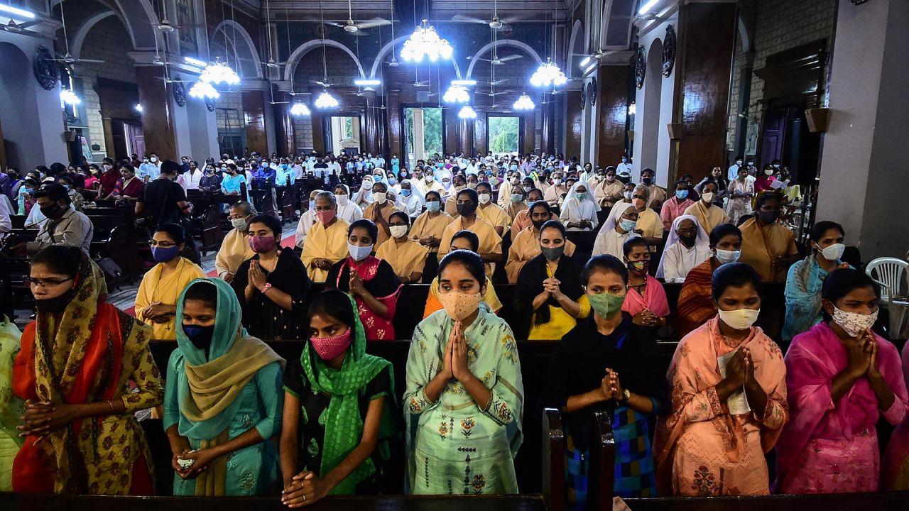 Los devotos cristianos participan en una misa de oración en la Catedral de San José en la víspera del Viernes Santo, en Allahabad.   Foto:Sanjay Kanojia / AFP