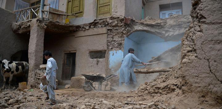 Los hombres limpian los escombros de su casa afectada por las inundaciones luego de una inundación repentina provocada por las fuertes lluvias en el distrito Guzara de Herat.