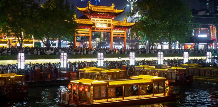 Esta foto muestra a personas en botes mientras visitan Fuzimiao, también llamado Templo Confuciano, en Nanjing, en la provincia oriental de Jiangsu, en China.